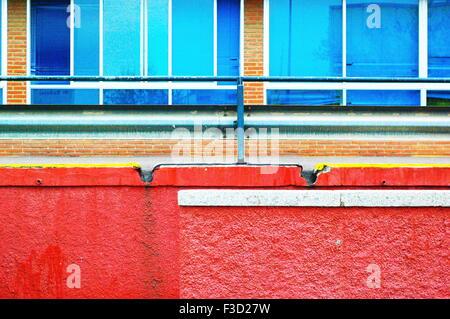 Un mur extérieur d'un hôpital public avec des couleurs rouge et bleu Banque D'Images