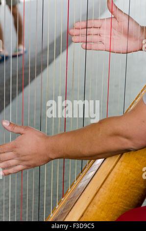 Deux mains d'un harpiste de la harpe dans la rue à Paris Banque D'Images