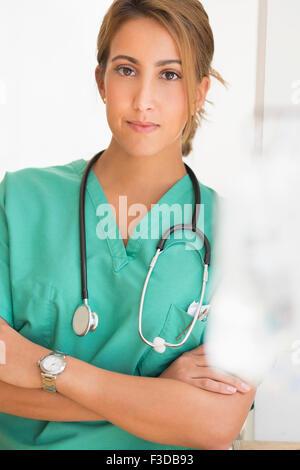 Jeune femme médecin à l'hôpital Banque D'Images