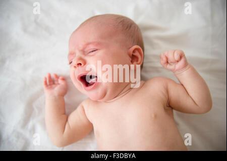 Baby Girl (2-5 mois) qui crie dans lit-bébé Banque D'Images
