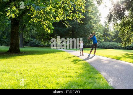 Mère et fils (12 et 13) l'exercice dans le parc Banque D'Images