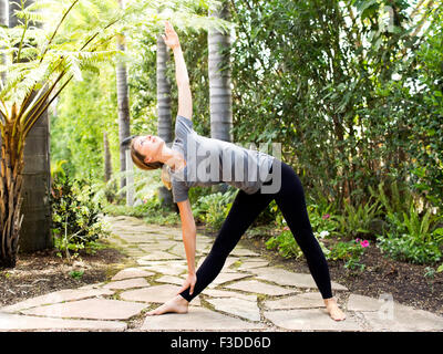 Woman practicing yoga Banque D'Images