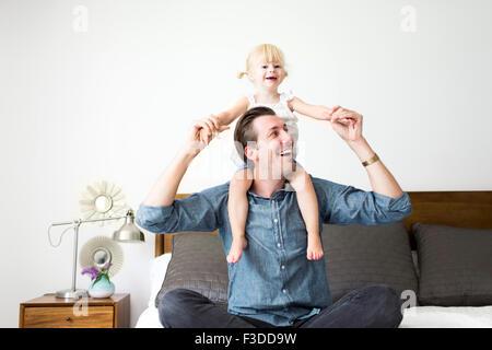 Portrait of father carrying daughter (2-3) sur les épaules Banque D'Images