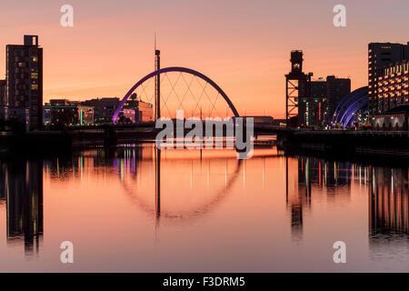 Le Clyde Arc reflète dans la rivière Clyde au coucher du soleil, Glasgow, Écosse, Royaume-Uni