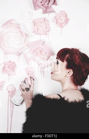 Fille aux cheveux rouge romantique magnifiquement dans un studio contemporain Banque D'Images
