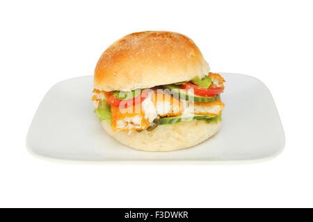 Les bâtonnets de poisson avec salade et sauce tartare à l'aide d'un morceau de pain sur une plaque isolés contre Banque D'Images