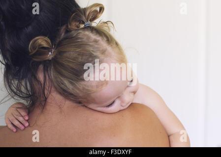 Baby Girl posant sa tête sur l'épaule de la mère Banque D'Images