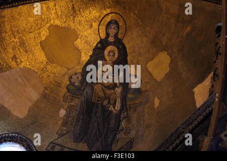 Vierge à l'enfant de l'image mosaïque dans l'abside du musée Sainte-Sophie à Istanbul. Banque D'Images