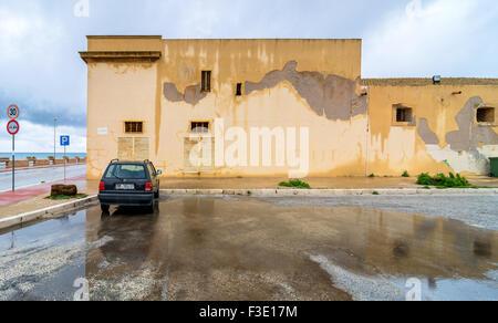 MARSALA, ITALIE - février 22, 2014: la vue quotidienne de littoral et rue avec voiture en stationnement et de réflexion Banque D'Images