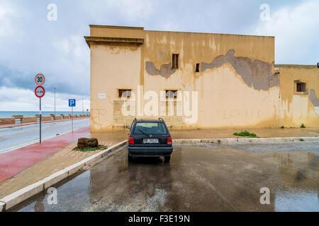 MARSALA, ITALIE - février 22, 2014: la vue quotidienne de côtes et la rue avec réflexion à Marsala, Italie. Banque D'Images