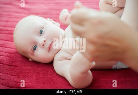 Petite fille, ma mère tenant la main d'un enfant Banque D'Images