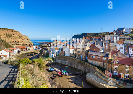 Vue sur le village traditionnel de pêcheurs de Staithes, North York Moors National Park, North Yorkshire, England, Banque D'Images