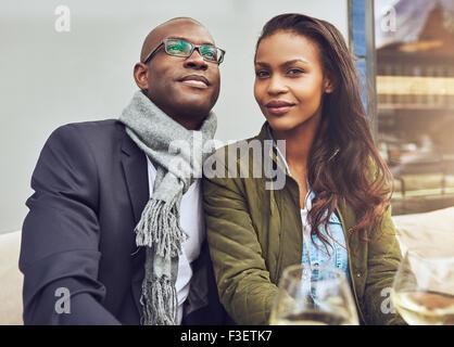 Black couple profiter de la vie et de rencontres, habillé à la mode Banque D'Images