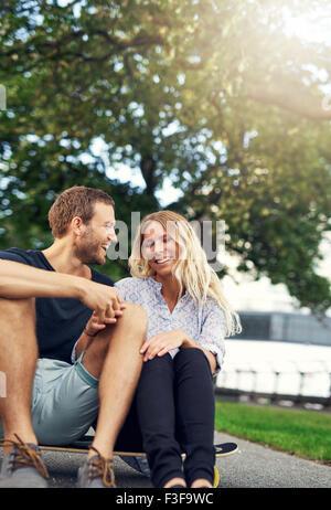 Couple de jouer sur une planche à roulettes, grande ville couple Banque D'Images