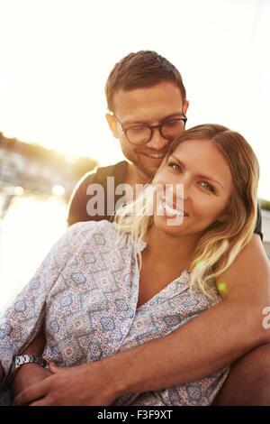 Close up, l'homme et de la femme dans l'amour par l'eau Banque D'Images