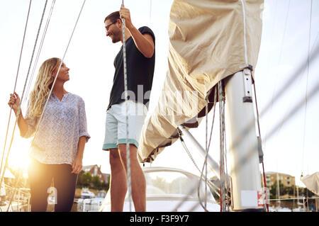 Couple a acheté un bateau, à l'un l'autre Satisfait Banque D'Images