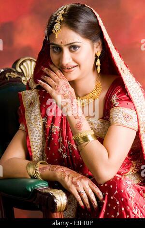 Mariée indienne montrant tatouages au henné sur main dans cérémonie de mariage MR#729D Banque D'Images