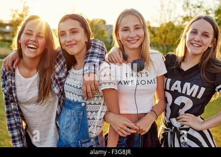 Groupe d'adolescentes sortir un soir d'été Banque D'Images