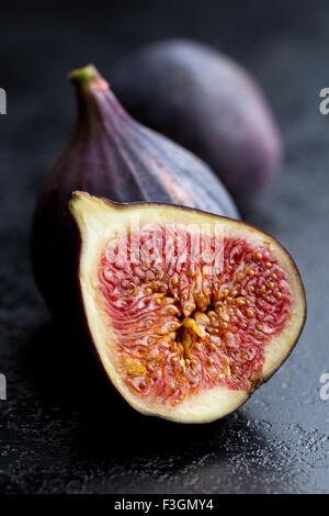 Tranches de figues fraîches sur la table de cuisine Banque D'Images
