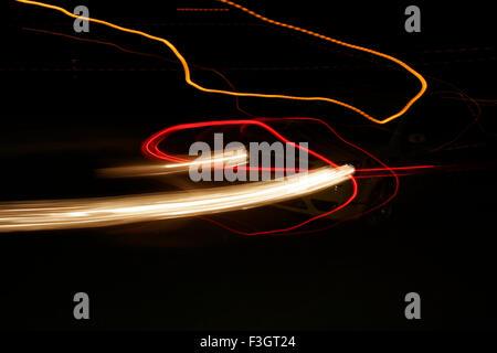 Des traces de feux arrière tête voiture roulant lampadaires nuit de course qui s'est tenue à l'Balewadi sports complex; Banque D'Images