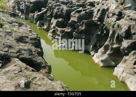 Les formations naturelles résumé en raison de l'érosion sur les pierres; Ghod; rivière; Nighoj road; Maharashtra Banque D'Images