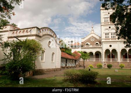 Les maisons avec la partie de l'Aga Khan palace construit en 1892 par le Sultan Mohammed Shah; Pune Maharashtra; Banque D'Images