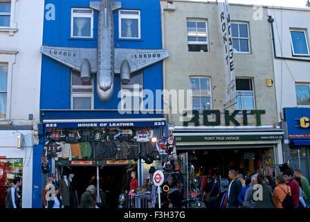 Magasin d'articles de cuir à Camden Town market; Londres; Royaume-Uni Royaume-Uni Angleterre Banque D'Images