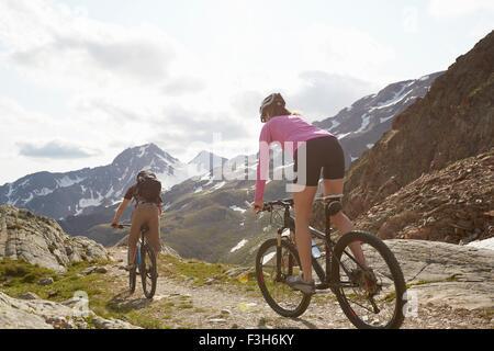Vue arrière du jeune couple vtt à Val Senales Val Senales, Glacier, Tyrol du Sud, Italie Banque D'Images