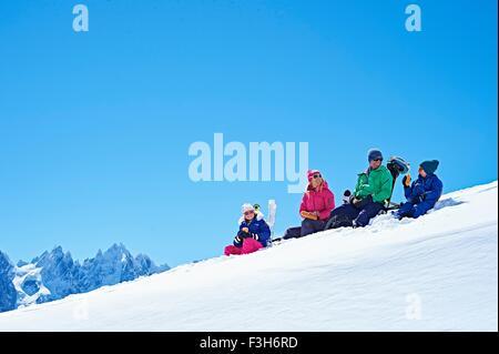 Au repos de la famille sur la neige, Chamonix, France Banque D'Images