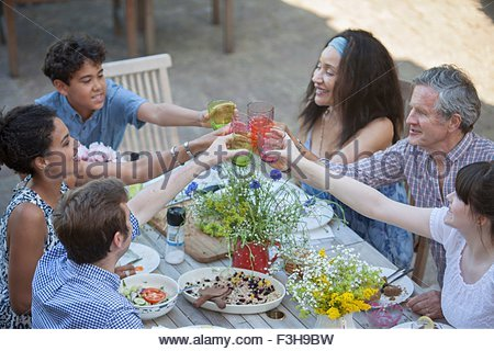Three generation family eating meal outdoors Banque D'Images