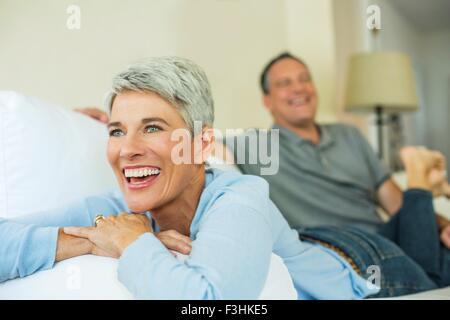 D'âge mûr de rire et de détente sur canapé