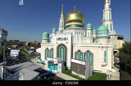 Le président russe Vladimir Poutine aborde la cérémonie de réouverture de la Mosquée Cathédrale de Moscou, récemment restauré, le 23 septembre 2015à Moscou, Russie. La mosquée a été démolie et reconstruite pour être l'une des plus grandes mosquées du pays avec de la place pour 10 000 croyants.