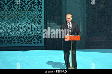 Le président russe Vladimir Poutine aborde la cérémonie de réouverture de la Mosquée Cathédrale de Moscou, récemment restauré, le 23 septembre 2015 à Moscou, Russie. La mosquée a été démolie et reconstruite pour être l'une des plus grandes mosquées du pays avec de la place pour 10 000 croyants.