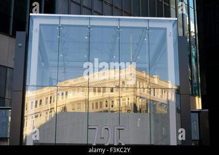 Le style néo-classique de la Baie d'Hudson dans le département d'un édifice moderne en verre, Vancouver, BC, Canada Banque D'Images