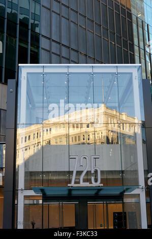 Le style néoclassique Hudsons Bay Store building reflète dans un édifice moderne en verre, Vancouver, BC, Canada Banque D'Images