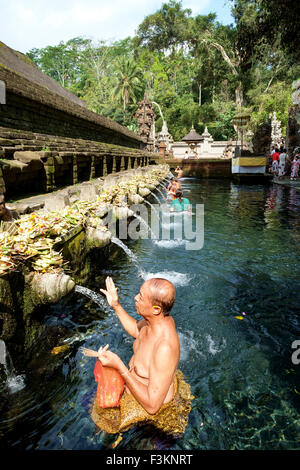 Les balinais prier sainte à l'eau de source de Pura Tirtha Empul temple pendant le festival religieux.