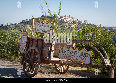 Vieux vin panier à Montepulciano en arrière-plan Banque D'Images