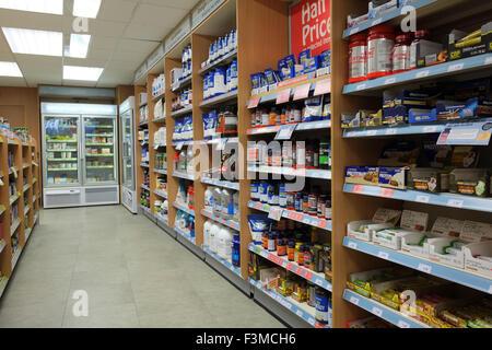 Allée de l'intérieur du magasin de vente de soins de santé à base de plantes, vitamines et suppléments, Southport, Banque D'Images