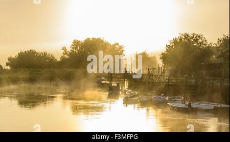 La fumée de l'augmentation d'évaporation sur la rivière Arun sur un matin froid à Arundel, West Sussex, Angleterre, Banque D'Images