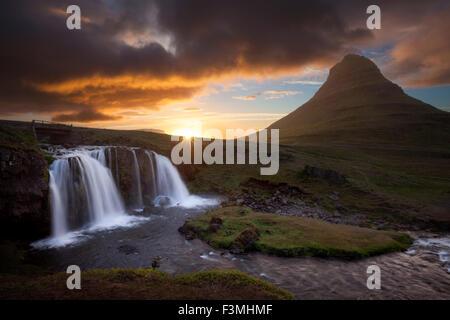 Coucher de soleil sur la montagne Kirkjufell et cascade, Grundarfjordur, Péninsule de Snæfellsnes, Vesturland, Islande. Banque D'Images