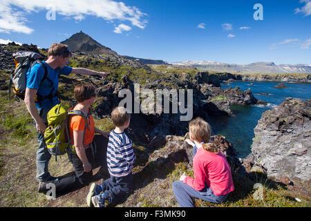 Famille sur le Hellnar-Arnarstapi chemin côtier, Péninsule de Snæfellsnes, Vesturland, Islande. Banque D'Images
