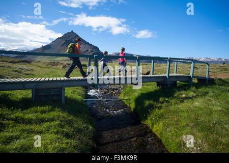 Randonnée familiale le Hellnar-Arnarstapi chemin côtier, Péninsule de Snæfellsnes, Vesturland, Islande. Banque D'Images