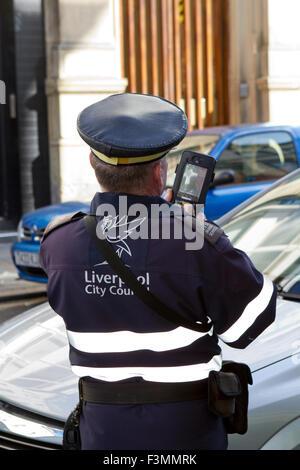 Un préfet qui émet un billet en circulation dans le centre-ville de Liverpool, Liverpool, Royaume-Uni. Banque D'Images