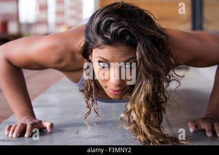 Une forte et belle femme en position push up Banque D'Images