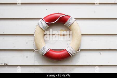 Preserver la vie de décoration rustique sur tableau météo mur, accroché sur le côté d'une maison de plage Banque D'Images