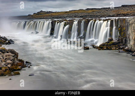 Le puissant Selfoss waterfall en Islande un jour de pluie Banque D'Images