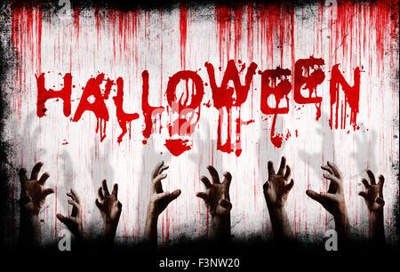 Grunge Halloween peint sur un mur avec bloody scary mains tendues Banque D'Images
