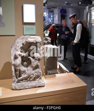 Les touristes visiteurs aux Bains Romains ruines reste dans la ville de Bath au Royaume-Uni. Banque D'Images