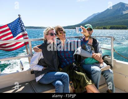 En famille photo selfies sur bateau-mouche; Jackson Lake, Grand Teton National Park, Wyoming, USA Banque D'Images