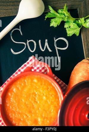 Différents types de soupes - soupe à l'oignon, sprinach crème-potage et soupe crème de carottes sur la table. La Banque D'Images